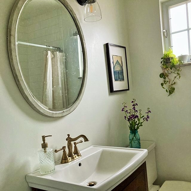 Home tour, glimpse of the bath